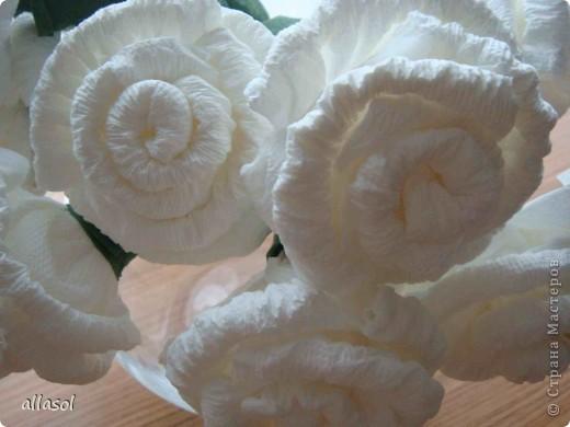 В своей работе я соединила две известные розы из салфеток. фото 5