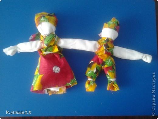 Куклы - неразлучники. У этих символичный кукол неразлучников одна общая рука, чтобы муж и жена шли по жизни рука об руку, были вместе и в беде и в радости. Куклы эти – обереговые, их подвешивали под дужкой упряжи во главе свадебного поезда, везущего молодую пару в дом жениха после венчания (отсюда идет подзабытая традиция сажать на капот свадебной машины кукол). А после свадьбы они хранились дома, как оберег любви и верности. фото 6