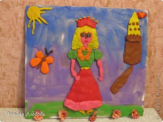 Вначале на картон нанесли пластилин двух цветов (синий и фиолетовый). Затем из отдельных частей вылепили принцессу и замок. И в завершение украсили работу цветами из карандашной стружки. фото 1