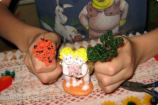 2 августа(дата для 2012 года) в Индиипразднуется Ракша-бандан или, как его чаще называют, Ракхи. Ракша-бандан имеет огромное значение для братьев и сестер. Главный ритуал праздника состоит из завязывания освященного шнурка «ракхи» на запястье брата. Этим сестра желает благополучия и процветания ее брату, брат же клянется защищать ее от всех бед и помогать во всех проблемах. Здравствуйте! Меня зовут Никита. Я хочу рассказать немного о себе и о своей поделке. Мне 8 лет. Я очень веселый и вредный мальчик. В будущем я хочу стать змееловом. Я очень много знаю про животных, участвую в разных олимпиадах. У меня есть сестра Настя. Она старше меня на 7 лет. Настя тоже очень любит животных, поэтому идет учиться на ветеринара. С ней мы и решили порадовать маму и себя этой поделкой. На ней изображены два ангела. По словам мамы - это я и моя сестра.  Вот я поделился с вами небольшим рассказом о себе и своей семье.   фото 3