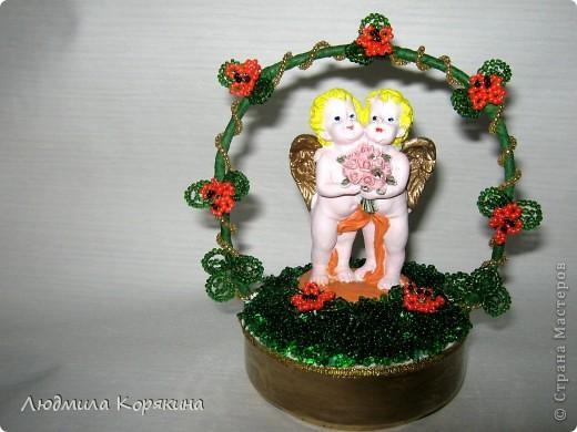 2 августа(дата для 2012 года) в Индиипразднуется Ракша-бандан или, как его чаще называют, Ракхи. Ракша-бандан имеет огромное значение для братьев и сестер. Главный ритуал праздника состоит из завязывания освященного шнурка «ракхи» на запястье брата. Этим сестра желает благополучия и процветания ее брату, брат же клянется защищать ее от всех бед и помогать во всех проблемах. Здравствуйте! Меня зовут Никита. Я хочу рассказать немного о себе и о своей поделке. Мне 8 лет. Я очень веселый и вредный мальчик. В будущем я хочу стать змееловом. Я очень много знаю про животных, участвую в разных олимпиадах. У меня есть сестра Настя. Она старше меня на 7 лет. Настя тоже очень любит животных, поэтому идет учиться на ветеринара. С ней мы и решили порадовать маму и себя этой поделкой. На ней изображены два ангела. По словам мамы - это я и моя сестра.  Вот я поделился с вами небольшим рассказом о себе и своей семье.   фото 1
