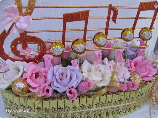 Здравствуйте! В праздник воспитателя часто поздравляют ТОЛЬКО воспитателей и совсем забывают о тех, кто ещё в саду работает. Мой подарок предназначен для музыкального работника детского сада, для того, кто прививает нашим деткам любовь к музыке и всему, что с ней связано. фото 4