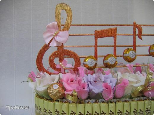 Здравствуйте! В праздник воспитателя часто поздравляют ТОЛЬКО воспитателей и совсем забывают о тех, кто ещё в саду работает. Мой подарок предназначен для музыкального работника детского сада, для того, кто прививает нашим деткам любовь к музыке и всему, что с ней связано. фото 1