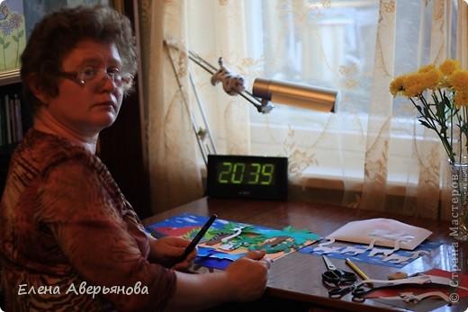 Мадагаска́р (туземн. Nosin Dambo — остров кабанов) — Мадагаскар — остров гвоздики, ванили и кофе; родина вымершей гигантской птицы эпиорнис — птицы Рух арабских сказок. Государство расположено на одноименном острове в юго-западной части Индийского океана и на мелких близлежащих островах Нуси-Бе, Сент-Мари и др. Мадагаскар является четвертым по величине островом Земли — 590 тыс. км.кв. (после Гренландии, Новой Гвинеи и Калимантана). Длина острова — около 1600 км, ширина — свыше 600 км, площадь — 587 040 км². На острове находится государство Мадагаскар (столица Антананариву). Наивысшей точкой острова является потухший вулкан Марумукутру (2876 м), который находится в горном массиве Царатанана, в северной части острова. Центральную часть острова занимает высокогорное плато Анджафи, полого спускающееся на запад и круто обрывающееся к низменностям восточного побережья. Пять горных цепей высотой до 2600 м, богаты минералами и металлами: золото, медь, железо; широкие прибрежные равнины болотисты, частью очень плодородны. Хотя Мадагаскар и находится недалеко от Африки, животный и растительный мир острова уникален — он содержит 5 % видов животных и растений мира, 80 % из которых существуют только на Мадагаскаре. Самыми известными из них являются лемуры, причем лемуров на Мадагаскаре 80 видов. Мадагаскар иногда называют «Великий Красный Остров». Красные почвы доминируют на всём центральном нагорье, однако в местах бывшей вулканической активности наблюдаются ещё более богатые минералами почвы. На всём протяжении восточного побережья, наблюдается тонкий «пояс» наносных почв, также как и в устьях западных рек. На западном побережье встречается глина, песок и известняк.  фото 3