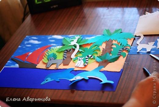 Мадагаска́р (туземн. Nosin Dambo — остров кабанов) — Мадагаскар — остров гвоздики, ванили и кофе; родина вымершей гигантской птицы эпиорнис — птицы Рух арабских сказок. Государство расположено на одноименном острове в юго-западной части Индийского океана и на мелких близлежащих островах Нуси-Бе, Сент-Мари и др. Мадагаскар является четвертым по величине островом Земли — 590 тыс. км.кв. (после Гренландии, Новой Гвинеи и Калимантана). Длина острова — около 1600 км, ширина — свыше 600 км, площадь — 587 040 км². На острове находится государство Мадагаскар (столица Антананариву). Наивысшей точкой острова является потухший вулкан Марумукутру (2876 м), который находится в горном массиве Царатанана, в северной части острова. Центральную часть острова занимает высокогорное плато Анджафи, полого спускающееся на запад и круто обрывающееся к низменностям восточного побережья. Пять горных цепей высотой до 2600 м, богаты минералами и металлами: золото, медь, железо; широкие прибрежные равнины болотисты, частью очень плодородны. Хотя Мадагаскар и находится недалеко от Африки, животный и растительный мир острова уникален — он содержит 5 % видов животных и растений мира, 80 % из которых существуют только на Мадагаскаре. Самыми известными из них являются лемуры, причем лемуров на Мадагаскаре 80 видов. Мадагаскар иногда называют «Великий Красный Остров». Красные почвы доминируют на всём центральном нагорье, однако в местах бывшей вулканической активности наблюдаются ещё более богатые минералами почвы. На всём протяжении восточного побережья, наблюдается тонкий «пояс» наносных почв, также как и в устьях западных рек. На западном побережье встречается глина, песок и известняк.  фото 2