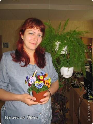 """21 июля - День анютиных глазок!   Моя начальница (она же моя ученица в бисероплетении) Анна очень любит этот замечательный цветок! Такой изумительный букетик у нее """"вырос"""" как раз к конкурсу. Когда-то она даже не допускала мысли, что сможет сама сплести такое ЧУДО. Но мне пришлось немного убедить ее в обратном и настоять попробовать это.   Вдохновила ее работа Мастерицы СМ http://stranamasterov.ru/node/186848. Аня плела анютины глазки в обеденные перерывы и даже в больнице. Уж очень ей хотелось такие цветы из бисера!   фото 10"""