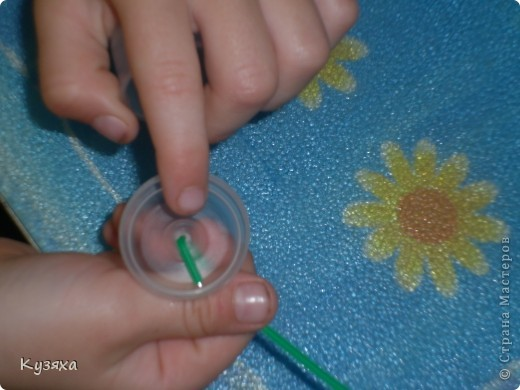 Так как это наша любимая ягодка, мы решили сделать ее из баночек от мед. бахил и баночки из под шампуня для цветочков.    Поделки из бросового материала развивают фантазию и воображение  ребёнка, формируют аккуратность и усидчивость, развивают мелкую моторику рук, воспитывают бережное отношение к окружающей природе фото 2