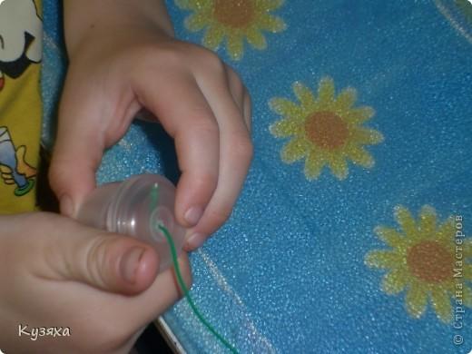 Так как это наша любимая ягодка, мы решили сделать ее из баночек от мед. бахил и баночки из под шампуня для цветочков.    Поделки из бросового материала развивают фантазию и воображение  ребёнка, формируют аккуратность и усидчивость, развивают мелкую моторику рук, воспитывают бережное отношение к окружающей природе фото 3