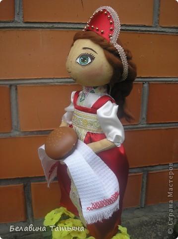 Девица с караваем в руках, в честь празднования дня Хлеба гостеприимно встретит и хлебосольно накормит. фото 3