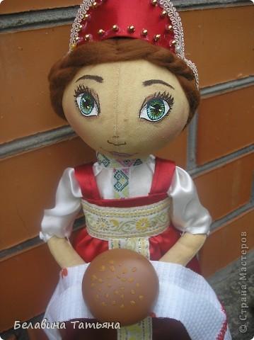 Девица с караваем в руках, в честь празднования дня Хлеба гостеприимно встретит и хлебосольно накормит. фото 2