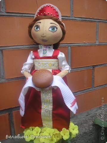 Девица с караваем в руках, в честь празднования дня Хлеба гостеприимно встретит и хлебосольно накормит. фото 1