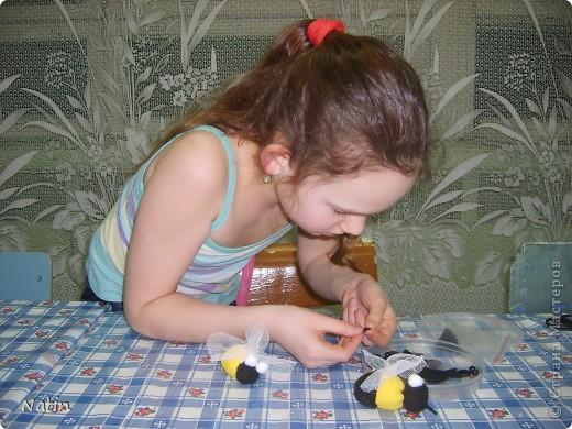 """Мои девочки очень любят """"медовую"""" тему.  У нас есть зайки-пчелки, медовые рыбки и другие """"сладкие"""" игрушки. Есть даже чайник Пчёлка. А еще есть """"медовые"""" украшения.  Но к этому празднику нам захотелось сделать именно ПЧЁЛКУ, виновницу и создательницу такого волшебства, как МЁД.  фото 3"""