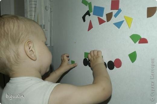 Эта работа стала интересной игрой для моего младшего сына, которому сейчас 1 год 9 месяцев. Магнитная мозаика конечно же продается в магазинах, но мы ее сделали своими руками. В нашей мозаике есть большое преимущество: размер, цвет и форма деталей может быть произвольная. фото 4