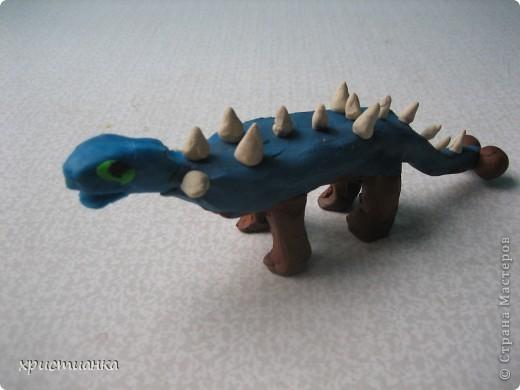 Это трио динозавров сделал мой сын Андрей. Работу выполнял с удовольствием, ведь не каждый день  я прошу сделать динозавра! Мой сын очень увлекается динозаврами, собирает коллекцию игрушечную. Его любимая книга - энциклопедия про динозавров. У него даже есть свой альбом с рисунками динозавров. фото 2