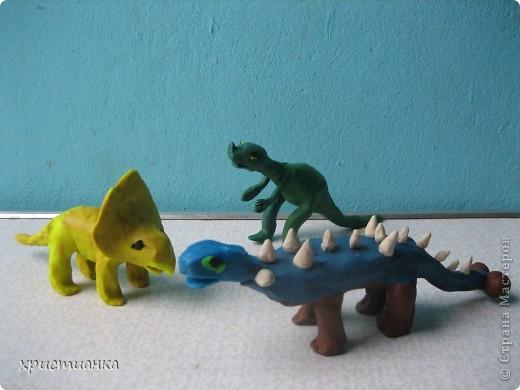 Это трио динозавров сделал мой сын Андрей. Работу выполнял с удовольствием, ведь не каждый день  я прошу сделать динозавра! Мой сын очень увлекается динозаврами, собирает коллекцию игрушечную. Его любимая книга - энциклопедия про динозавров. У него даже есть свой альбом с рисунками динозавров. фото 1