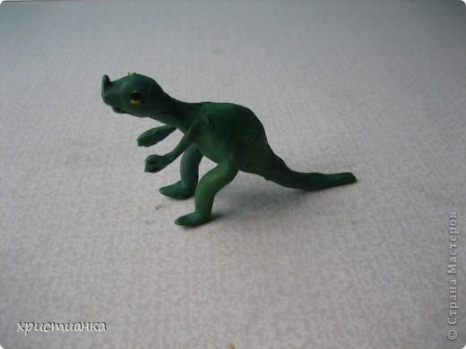 Это трио динозавров сделал мой сын Андрей. Работу выполнял с удовольствием, ведь не каждый день  я прошу сделать динозавра! Мой сын очень увлекается динозаврами, собирает коллекцию игрушечную. Его любимая книга - энциклопедия про динозавров. У него даже есть свой альбом с рисунками динозавров. фото 3