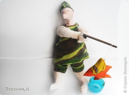 В праздник рыбака всем улова желаем. От чистого сердца мы вас поздравляем. Пусть попадется всем рыбка золотая, Которая все ваши желания исполняет.   фото 1
