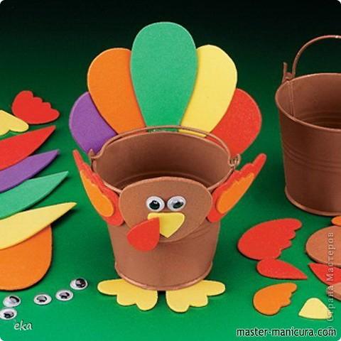 По значимости День благодарения (Thanksgiving Day) входит в тройку самых популярных празднеств США и широко отмечается наравне с Пасхой и Рождеством. В День благодарения американцы посещают церковь, после чего в узком семейном кругу собираются за праздничным столом для того, что бы отведать традиционные блюда этого праздника – запеченную индейку и тыквенный пирог. фото 5
