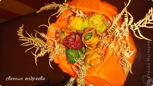 Работу Алина выполнила из осенних листьев и листьев папоротника. Она очень кропотлива подбирала и сворачивала листья в розы. Алина пыталась отобразить все буйство осенних  красок в одном букете.