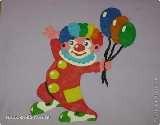 Белое лицо, красный шар вместо носа, рот с улыбкой от уха до уха, яркий до нелепости костюм, ботинки невероятного размера. Это конечно же  портрет  клоуна.  фото 1