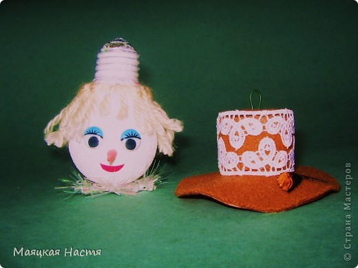 Свеча Яблочкова — вариант электрической угольной дуговой лампы, которую изобрёл в 1876 году Яблочков Павел Николаевич. Она содержит два угольных блока ~ 6 х 12 мм в сечении, разделённых инертным материалом, типа гипса или каолина. На верхнем конце закреплена перемычка из тонкой проволоки или угольной пасты. Конструкция собрана и закреплена вертикально на изолированном основании. При подключении свечи к источнику тока, предохранительная проволока на конце сгорала, поджигая дугу. Дуга начинала гореть, постепенно съедая электроды и разделительный гипсовый слой. Первые свечи питались переменным током от машины Грэмма. Это была свеча разового пользования, т.к. при отключении от источника, свеча гасла, и  её нельзя было запустить снова. Электродов хватало примерно на 2 часа. Её преимущество состояло в том, что не было необходимости в механизме, поддерживающем расстояние между электродами для горения дуги. Система освещения Яблочкова («русский свет»), продемонстрированная на Всемирной выставке в Париже в 1878, пользовалась исключительным успехом; во Франции, Великобритании, США были основаны компании по её коммерческой эксплуатации.   фото 3