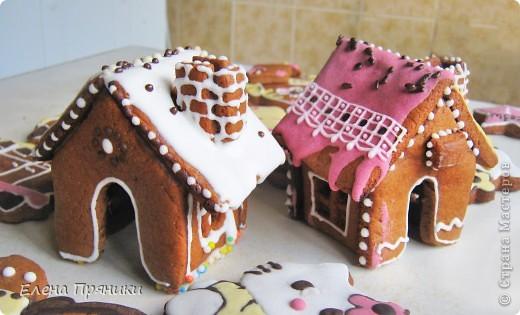 Наверное, многие из вас слышали (а, может быть, и делали сами) об удивительных пряничных домиках, которые пекутся на рождественские праздники. Всередине такого домика зажигается небольшая свечка, и тогда праздничный вечер освещают сказочные окошки... фото 1