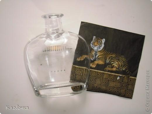 Аму́рский тигр (уссурийский или дальневосточный, лат. Panthera tigris altaica) — один из самых малочисленных подвидов тигра, самый северный тигр. Занесён в Красную книгу.Ареал тигра сосредоточен в охраняемой зоне на юго-востоке России, по берегам рек Амур и Уссури в Хабаровском и Приморском крае. Всего в России на 1996 год насчитывалось около 415—476 особей.  фото 2