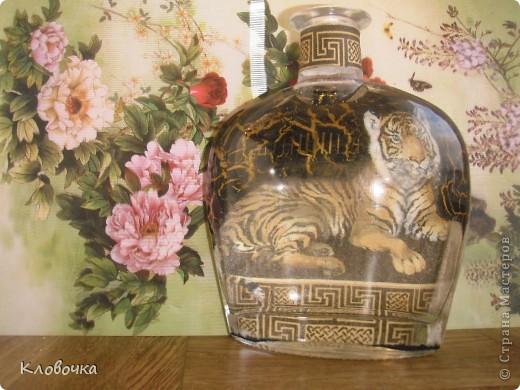 Аму́рский тигр (уссурийский или дальневосточный, лат. Panthera tigris altaica) — один из самых малочисленных подвидов тигра, самый северный тигр. Занесён в Красную книгу.Ареал тигра сосредоточен в охраняемой зоне на юго-востоке России, по берегам рек Амур и Уссури в Хабаровском и Приморском крае. Всего в России на 1996 год насчитывалось около 415—476 особей.  фото 1