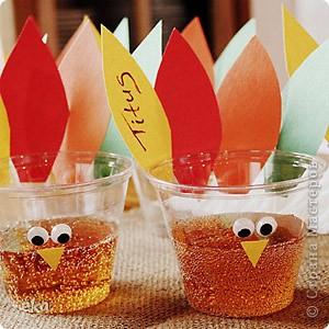 По значимости День благодарения (Thanksgiving Day) входит в тройку самых популярных празднеств США и широко отмечается наравне с Пасхой и Рождеством. В День благодарения американцы посещают церковь, после чего в узком семейном кругу собираются за праздничным столом для того, что бы отведать традиционные блюда этого праздника – запеченную индейку и тыквенный пирог. фото 7