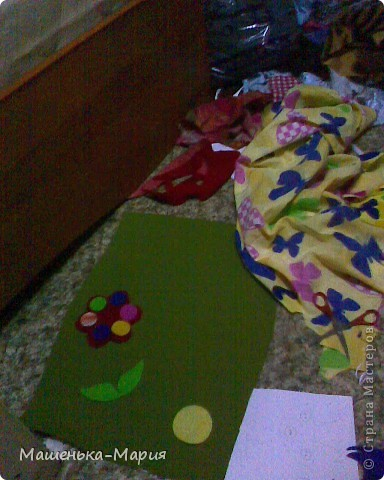 Достался мне День поделок из кругов. А я давно хотела сделать развивающий коврик для сынули, чтобы он учился застегивать и растегивать пуговицы и другие разные застежки. Думала-думала и решила остановиться только на пуговицах. Вот что получилось.  фото 2