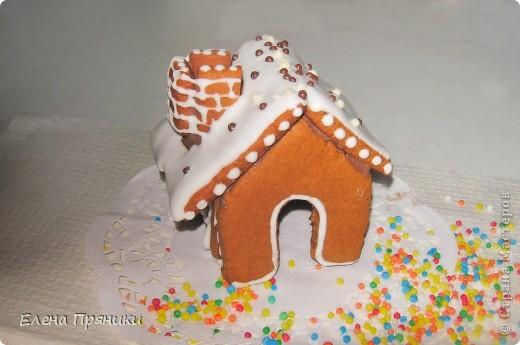 Наверное, многие из вас слышали (а, может быть, и делали сами) об удивительных пряничных домиках, которые пекутся на рождественские праздники. Всередине такого домика зажигается небольшая свечка, и тогда праздничный вечер освещают сказочные окошки... фото 6