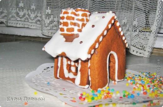 Наверное, многие из вас слышали (а, может быть, и делали сами) об удивительных пряничных домиках, которые пекутся на рождественские праздники. Всередине такого домика зажигается небольшая свечка, и тогда праздничный вечер освещают сказочные окошки... фото 7