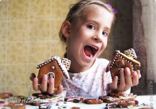 Наверное, многие из вас слышали (а, может быть, и делали сами) об удивительных пряничных домиках, которые пекутся на рождественские праздники. Всередине такого домика зажигается небольшая свечка, и тогда праздничный вечер освещают сказочные окошки... фото 9