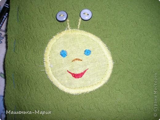 Достался мне День поделок из кругов. А я давно хотела сделать развивающий коврик для сынули, чтобы он учился застегивать и растегивать пуговицы и другие разные застежки. Думала-думала и решила остановиться только на пуговицах. Вот что получилось.  фото 4