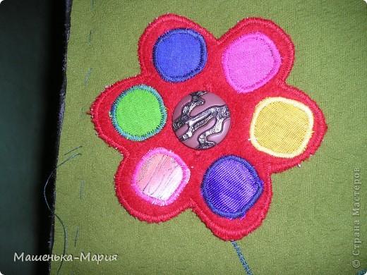 Достался мне День поделок из кругов. А я давно хотела сделать развивающий коврик для сынули, чтобы он учился застегивать и растегивать пуговицы и другие разные застежки. Думала-думала и решила остановиться только на пуговицах. Вот что получилось.  фото 3