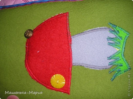 Достался мне День поделок из кругов. А я давно хотела сделать развивающий коврик для сынули, чтобы он учился застегивать и растегивать пуговицы и другие разные застежки. Думала-думала и решила остановиться только на пуговицах. Вот что получилось.  фото 5