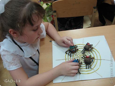 На тоненькой ветке висят паутинки. Из них паучата рисуют картинки. Сегодня по плану урок рисованья. Им важный паук объясняет заданье:  фото 2