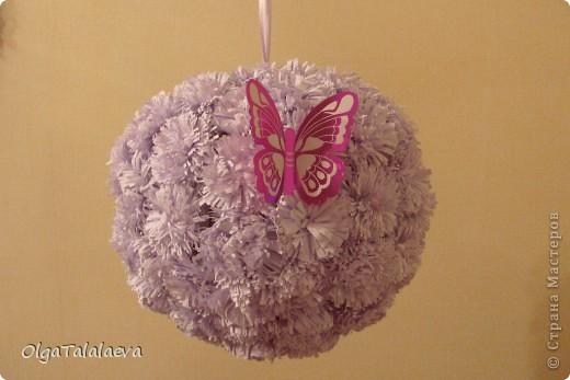 Бумажные гирлянды и шары потрясающее украшение к любому празднику. Такая красота всего лишь из листов бумаги создаст настроение в любой комнате. фото 1