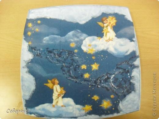 День декупажа.Очень нравятся работы, выполненные в этой технике.  Для своей работы я выбрала салфетку с ангелочками, которые расположились на облаках и рассыпают золотой песок в глаза детям, заигравшимся допоздна, заставляя их заснуть. фото 1