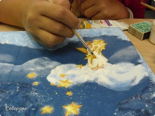 День декупажа.Очень нравятся работы, выполненные в этой технике.  Для своей работы я выбрала салфетку с ангелочками, которые расположились на облаках и рассыпают золотой песок в глаза детям, заигравшимся допоздна, заставляя их заснуть. фото 4