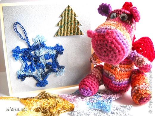 12 ноября - День амигуруми. Амигуруми - это маленькие вязаные игрушки, очень часто с большими головами и маленькими конечностями.  Обязательное условие игрушек-амигуруми - они должны быть одушевленными. Мой милый маленький Дракоша - символ 2012 года, приносит удачу и радость. фото 1
