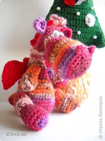 12 ноября - День амигуруми. Амигуруми - это маленькие вязаные игрушки, очень часто с большими головами и маленькими конечностями.  Обязательное условие игрушек-амигуруми - они должны быть одушевленными. Мой милый маленький Дракоша - символ 2012 года, приносит удачу и радость. фото 2