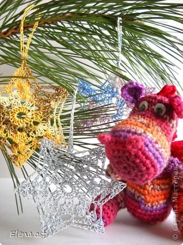 12 ноября - День амигуруми. Амигуруми - это маленькие вязаные игрушки, очень часто с большими головами и маленькими конечностями.  Обязательное условие игрушек-амигуруми - они должны быть одушевленными. Мой милый маленький Дракоша - символ 2012 года, приносит удачу и радость. фото 5
