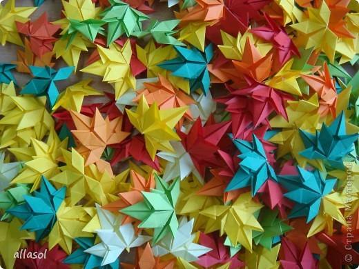 Как хорошо, что у осеннего листочка есть свой праздник! Я очень люблю смотреть, как падают листья, как их кружит ветер. Немного грустно, но очень красиво. Я люблю идти по опавшей листве, слушая, как она шуршит под ногами. Ведь это особый звук осени! Мне очень нравится собирать букеты из осенних листьев. Особенно красивы букеты из кленовых листьев! На кружке я научилась делать кленовые листочки в технике оригами. Пусть мои листочки добавят красок в осенний пейзаж!   фото 4