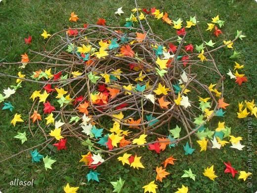 Как хорошо, что у осеннего листочка есть свой праздник! Я очень люблю смотреть, как падают листья, как их кружит ветер. Немного грустно, но очень красиво. Я люблю идти по опавшей листве, слушая, как она шуршит под ногами. Ведь это особый звук осени! Мне очень нравится собирать букеты из осенних листьев. Особенно красивы букеты из кленовых листьев! На кружке я научилась делать кленовые листочки в технике оригами. Пусть мои листочки добавят красок в осенний пейзаж!   фото 1