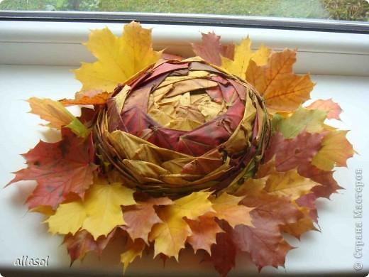 Как хорошо, что у осеннего листочка есть свой праздник! Я очень люблю смотреть, как падают листья, как их кружит ветер. Немного грустно, но очень красиво. Я люблю идти по опавшей листве, слушая, как она шуршит под ногами. Ведь это особый звук осени! Мне очень нравится собирать букеты из осенних листьев. Особенно красивы букеты из кленовых листьев! На кружке я научилась делать кленовые листочки в технике оригами. Пусть мои листочки добавят красок в осенний пейзаж!   фото 6