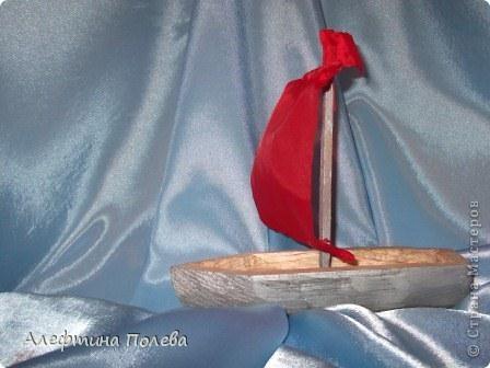 Каждый мальчишка в детстве мастерил лодочку, которую спускал на воду весной. И несли потоки воды ее куда-то вдаль. Первая идея была смастерить кораблик под алыми парусами. Однако в Мексике празднуется праздник лодок, а не кораблей.  фото 1