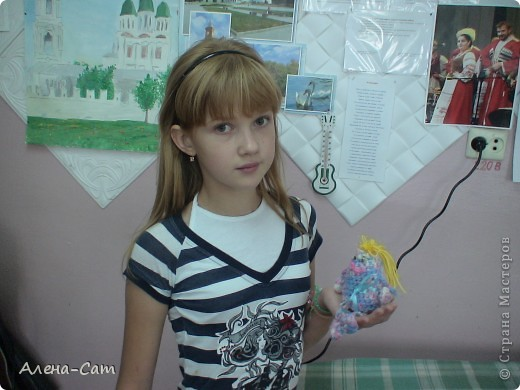 Амигуруми – это достаточно новый вид японского искусства, которое, тем не менее, насчитывает уже сотни лет. Первые амигуруми (слово образовано от двух слов – «вязать» и «мягкая игрушка») появились в виде забавок для детей и домашних оберегов. Ими украшали жилье, дворы, дарили друг другу в знак благодарности. Амигуруми – это миниатюрные игрушки, связанные крючком или спицами. Их рост – от 1 до 10 см (но чаще всего – 5-8 см). Их отличительная черта – непропорциональность. Чтобы сделать зверюшек, куколок более милыми и трогательными, японцы часто вяжут большую голову и маленькие ручки-ножки. Амигуруми в большинстве случаев наделены человекоподобными свойствами и особенностями. Часто встречаются зверьки, насекомые, растения, фрукты, овощи и даже предметы быта – и все они с глазками, ротиками. Очень популярны миниатюрные игрушки в виде медвежат, собачек, кошек, а так же героев японских мультфильмов – Тоторо, Пикачу, Кити. фото 2