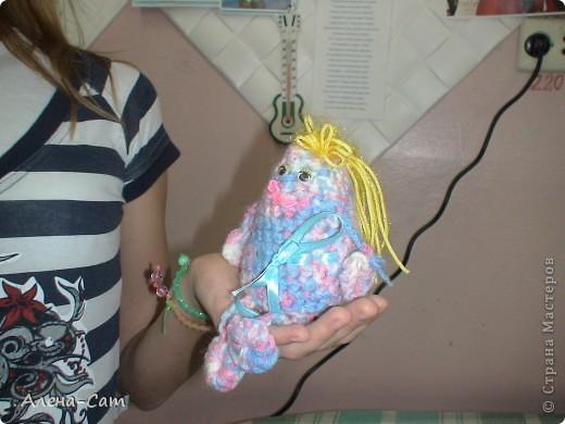 Амигуруми – это достаточно новый вид японского искусства, которое, тем не менее, насчитывает уже сотни лет. Первые амигуруми (слово образовано от двух слов – «вязать» и «мягкая игрушка») появились в виде забавок для детей и домашних оберегов. Ими украшали жилье, дворы, дарили друг другу в знак благодарности. Амигуруми – это миниатюрные игрушки, связанные крючком или спицами. Их рост – от 1 до 10 см (но чаще всего – 5-8 см). Их отличительная черта – непропорциональность. Чтобы сделать зверюшек, куколок более милыми и трогательными, японцы часто вяжут большую голову и маленькие ручки-ножки. Амигуруми в большинстве случаев наделены человекоподобными свойствами и особенностями. Часто встречаются зверьки, насекомые, растения, фрукты, овощи и даже предметы быта – и все они с глазками, ротиками. Очень популярны миниатюрные игрушки в виде медвежат, собачек, кошек, а так же героев японских мультфильмов – Тоторо, Пикачу, Кити. фото 1