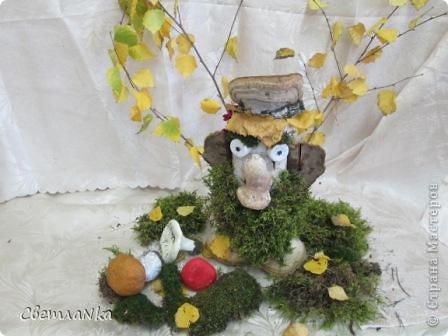 """17 октября """"День лешего"""". Я составил композицию к этому празднику. Лесовик-леший - дух и хранитель леса в славянской мифологии, который живет в лесной чащобе. Он умеет оборачиваться, является в виде   дряхлого старика, либо   дерева, медведя. Иногда он кричит в лесу и пугает людей. Леший   -волчий и медвежий пастух, ему  подчиняются все звери в лесу. Он охраняет лес и лесных  зверей, потому его опасаются лесорубы и охотники.  Прознав, что в какой-то чаще живет леший, люди обходят ее стороной. Она считается заповедной, священной  рощей,  посвященной Святибору.  Леший начальник над всеми деревьями и зверями, без его разрешенья в лес заходить не стоит. Леший то  ростом с траву , то высотой с сосну, а обычно - простой мужичок, только кафтан у него запахнут на правую  сторону и обутка обута наоборот; глаза горят зеленым огнем, волосы у  Лешего длинные серо-зеленые, на лице нет ни ресниц, ни бровей. Обличьем с человеком схож да только весь с  головы до пят шерстью оброс Встречному старается прикинуться человеком, но легко его разоблачить, когда глянешь через правое ухо коня. автор энциклопеди Александрова Анастасия http://myfhology.narod.ru/monsters/leshiy-lesovik.html  фото 1"""